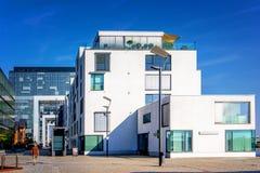 Straßenphotographie mit moderner Glasarchitektur im Cologne, Deutschland stockbild