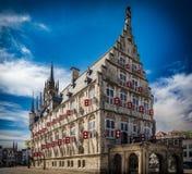 Straßenphotographie - schöne Kanäle und Architektur in der Goudastadt in den Niederlanden Lizenzfreie Stockfotos