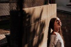 Straßenporträt eines Mädchens im Sonnenuntergang lizenzfreies stockbild