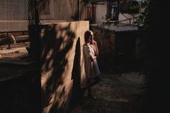 Straßenporträt eines Mädchens im Sonnenuntergang stockfotos