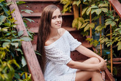 Straßenporträt eines schönen Brunettemädchens stockbilder