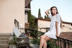 Straßenporträt eines schönen Brunettemädchens lizenzfreie stockfotografie
