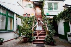 Straßenporträt eines schönen Brunettemädchens stockfoto