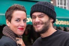 Straßenportrait eines jungen Paares Lizenzfreie Stockfotografie