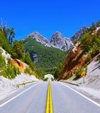 Straßenrand mit weißer vulkanischer Asche Stockfotos