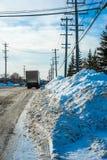 Straßenrand nach Schneereinigung Stockbild