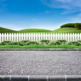 Straßenrand und weißer Zaun Stockbilder