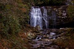 Straßenrand-Wasserfall (Meigs-Fälle) lizenzfreie stockfotos