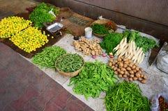 Straßenrandgeschäft, das unterschiedliches Gemüse verkauft stockfotografie