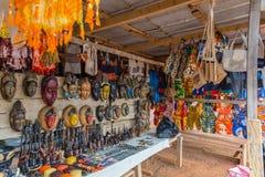 StraßenrandKunsthändler entlang einer Straße in die Yamoussoukro-Elfenbeinküste-der Elfenbeinküste West-Afrika lizenzfreies stockfoto