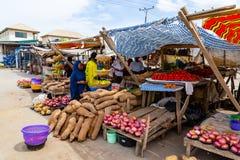 Straßenrandnahrungsmittel Lagos Nigeria; behelfsmäßiger Straßenrandstall stockfoto