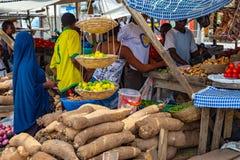 Straßenrandnahrungsmittel Lagos Nigeria; Kunden an einem Straßenrandstall stockbilder