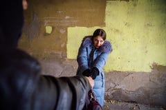 Straßenraubszene Räuber, der versucht, Tasche von der jungen Frau zu nehmen lizenzfreies stockfoto