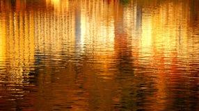 Straßenreflexion im Fluss lizenzfreie stockfotos