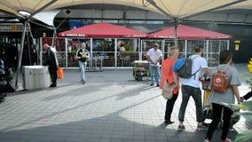 Straßenreinigung in Amsterdam-Flughafen Schiphol, die Niederlande stock video footage