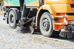 Straßenreinigung und Fegen mit Besen Stockbilder