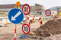 Straßenreparatur in der Tschechischen Republik 133 Stücke straßenarbeiten Verkehrs-Markierung von Umwegen Stockfotografie