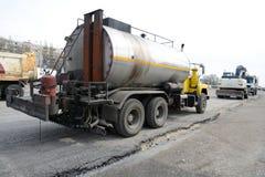 Straßenreparatur mit Nähten einer großen Teermaschinen-Füllung Maschinen für Straßenreparatur stockbilder