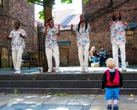 Straßensänger, die in der historischen Stadt von York, England durchführen Stockbilder