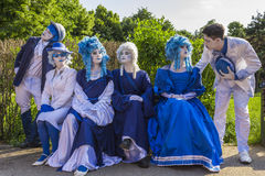Straßenschauspieler in den bunten Kostümen Lizenzfreie Stockfotografie