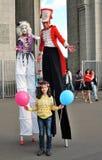 Straßenschauspieler gehen auf Stelzen und werfen für Fotos in Moskau auf Lizenzfreies Stockfoto