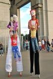 Straßenschauspielerhaltung für Fotos in Moskau Stockfoto