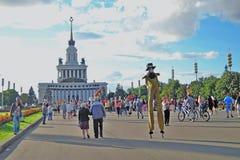 Straßenschauspielerhaltung für Fotos in Moskau Allgemeine Ansicht VDNH Stockfotos