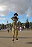 Straßenschauspielerhaltungen für Fotos in Moskau Lizenzfreies Stockfoto