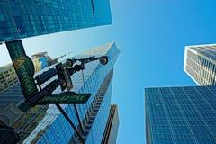 Straßenschild auf der Ecke der Straße des Westen-42. und Allee von Stockfoto
