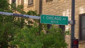 Straßenschild-Chicago-Allee - CHICAGO VEREINIGTE STAATEN - 11. JUNI 2019 stock video footage