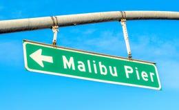 Straßenschild, das Malibu-Pier an einem sonnigen Tag sagt lizenzfreie stockbilder