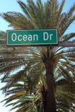 Straßenschild des Ozean-Laufwerks im Südstrand Florida Lizenzfreie Stockbilder