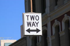 Straßenschild für Gegenverkehr Stockfotos