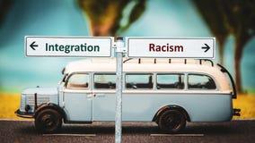 Straßenschild-Integration gegen Rassismus lizenzfreie stockbilder