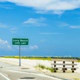 Straßenschild Long Beach an der Landstraße Stockfotografie