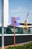 Straßenschild mit den Richtungs-Pfeilen aufgerichtet auf Park Lizenzfreies Stockfoto