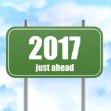 Straßenschild mit 2017 gerade voran im blauen Himmel Lizenzfreie Stockfotografie
