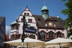 Straßenschild mit Rathaus von Freiburg im Hintergrund Stockbilder