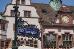 Straßenschild mit Rathaus von Freiburg im Hintergrund Lizenzfreie Stockfotos