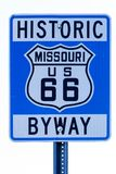 Straßenschild mit Weg 66 in Missouri lizenzfreies stockfoto
