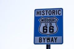 Straßenschild mit Weg 66 in Missouri lizenzfreie stockfotografie