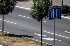 Straßenschild zeigt die verfügbaren Weisen stockbild