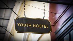 Straßenschild zur Jugend-Herberge stockfotos