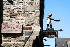 Straßenschild zur Seite des Schlosses in Vitre Lizenzfreie Stockfotografie
