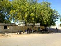 Straßenschilder in der Mitte von N'Djamena, Tschad stockfotografie