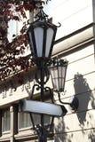Straßenschilder und Lichter Stockbild