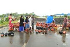 Straßenseiteneinkaufen am regnerischen Tag Lizenzfreies Stockbild