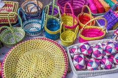Straßenshop, der handgemachte Bambustaschen, Geldbeutel, Platten, Kasten verkauft Chennai Indien am 25. Februar 2017 Stockbilder