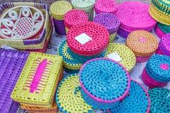 Straßenshop, der handgemachte Bambustaschen, Geldbeutel, Platten, Kasten verkauft Chennai Indien am 25. Februar 2017 Stockbild