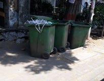 Straßensommer des sauberen Nachmittages der Mülleimerstraßenseite leerer lizenzfreie stockfotos